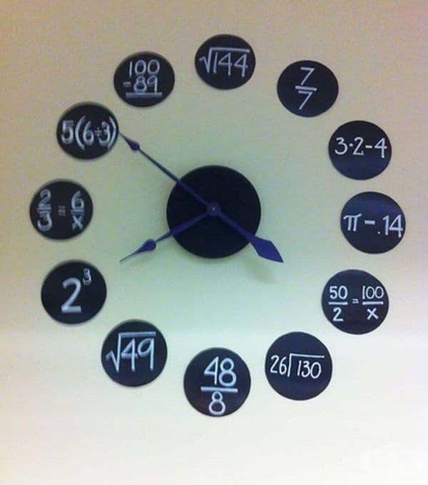 Оригинален часовник в класна стая.