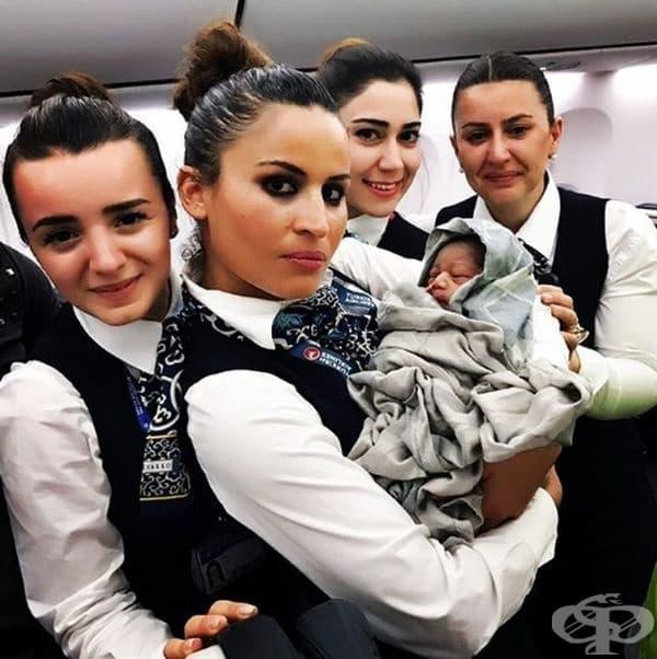 Чудеса също се случват! Тези смели стюардеси току-що присъстваха на раждане. Те плачат от радост.