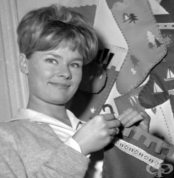 Джуди Денч оиставя коледна украса в дома си през 1963 г.