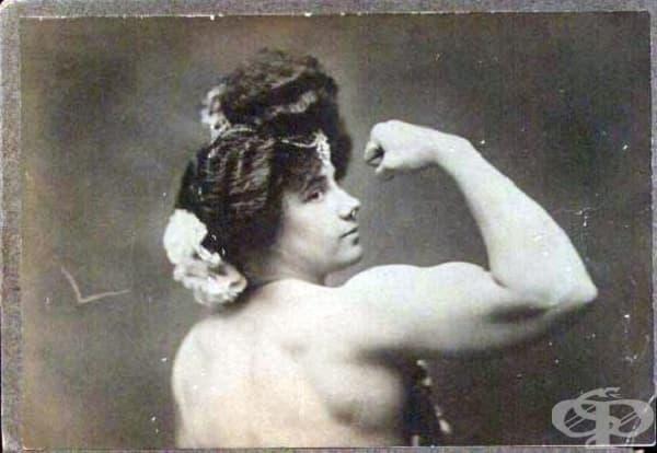Театралната актриса Чармиън, участваща в комедийни пиеси от жанра Водевил.