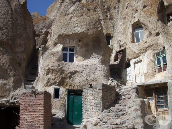 Къщите са оформени преди векове от вулканична скала с лице на юг, за да се възползват максимално на слънчевите лъчи.