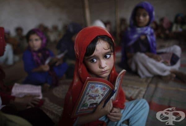 Животът продължава: 4-годишната Айша Дауд в религиозен клас в Пакистан.