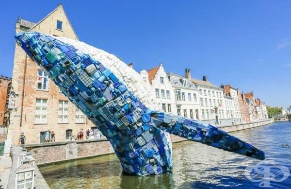 В Брюж, Белгия е монтиран кит, изскачащ от канала. Инсталацията е направена от 5 тона пластмасов боклук.
