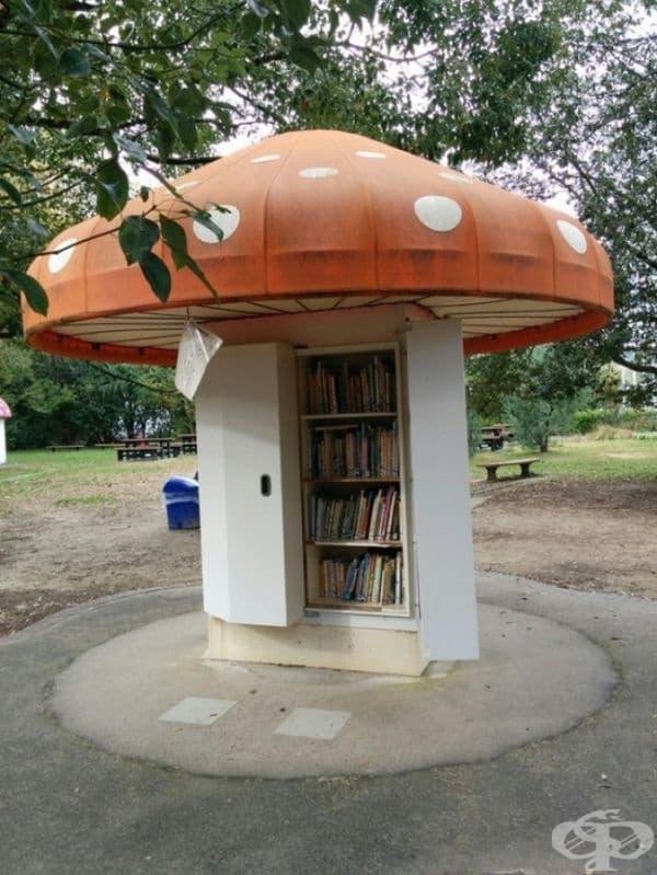"""Тази """"гъба"""" в парка представлява шкаф, пълен с детски книги."""