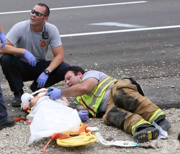 Един от пожарникарите успя да успокои детето като му показа Happy Feet на телефона си.