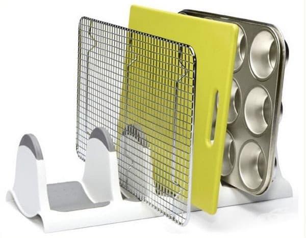 Разпределете дъски и решетки в домакински органайзер.