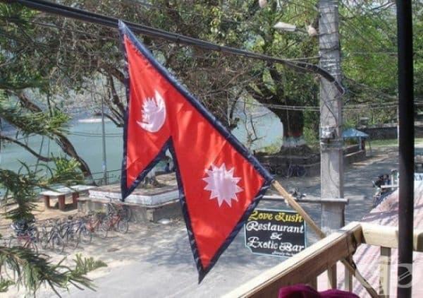 Непал е единствената страна в света, която не разполага с квадратна или правоъгълна форма на знамето.