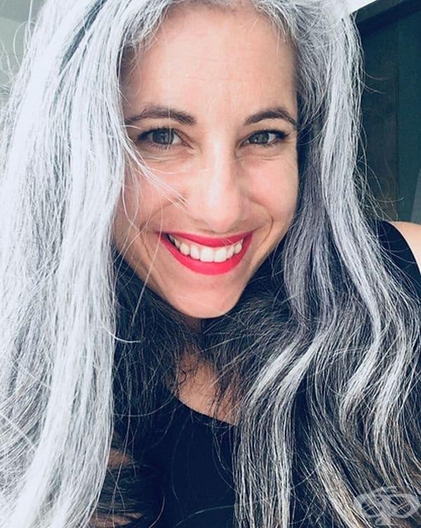 """""""След 2,5 години мога да кажа, че преходът ми е приключил. Сега имам дълга, вълниста и дива сива коса."""""""