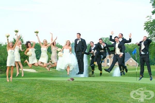 Всички скачат, а младоженецът левитира.