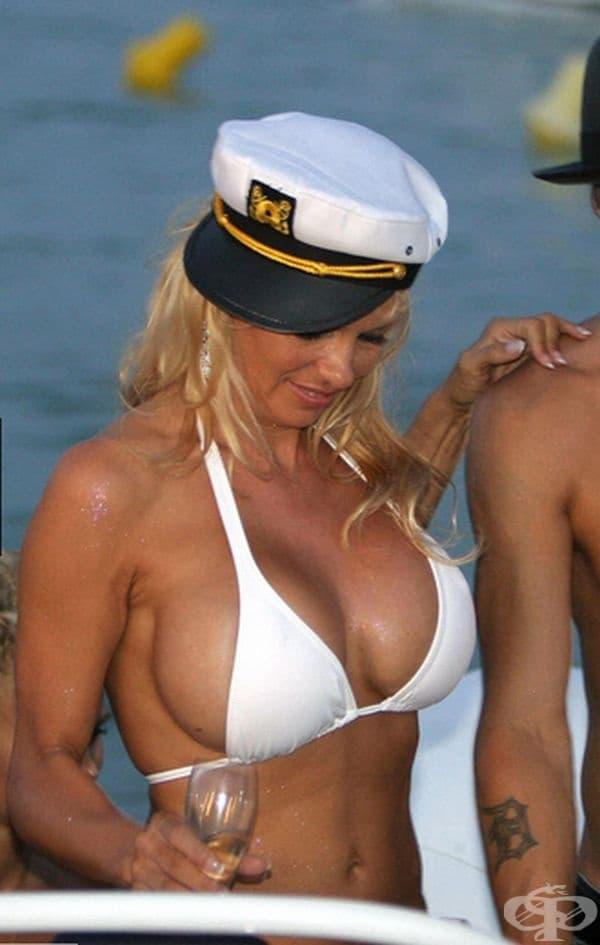 Памела Андерсън, 2006г. Памела Андерсън се омъжи за певеца Кид Рок на борда на яхта в Сен Тропе, Южна Франция. На тази втора сватба булката е била с бял бански.