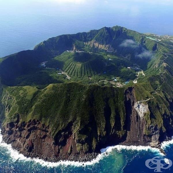 Малък вулканичен остров Аогашима, Япония.