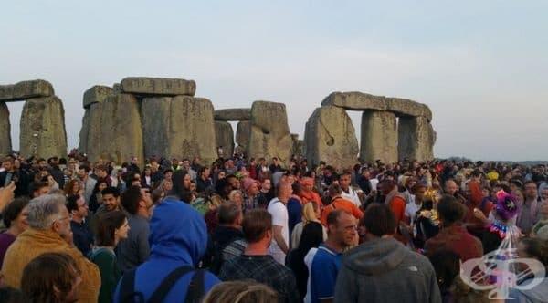 Стоунхендж е най-известният мегалитен паметник в света. Намира се в равнината Солсбъри, Великобритания. Важна подробност е, че е забранено докосването на камъните. Туристите могат само да обикалят около тях и да се снимат.
