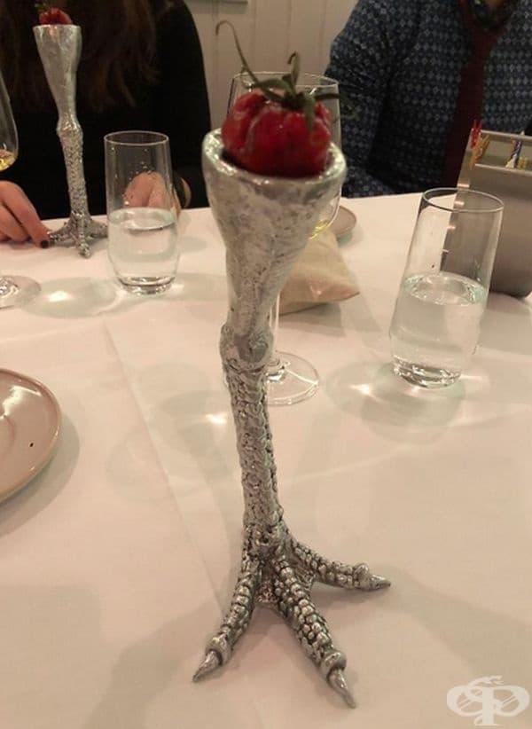 Една ягода, стилно поднесена.