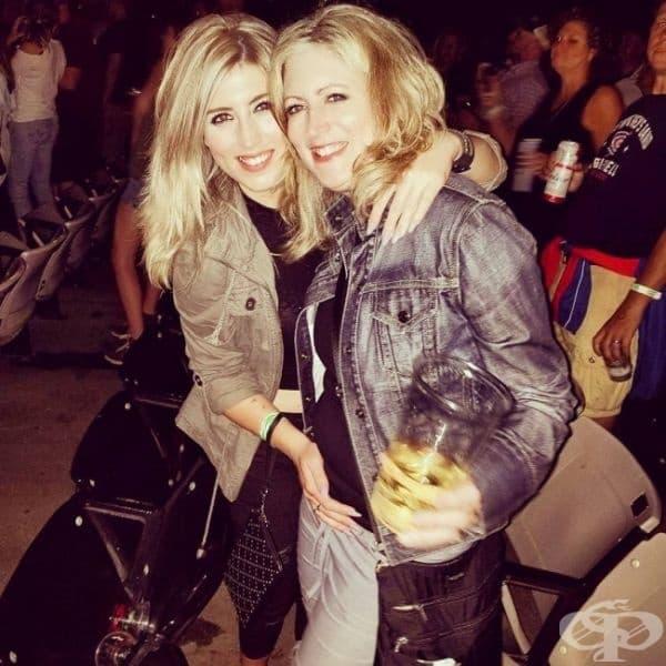 Тези момичета също. Това са майка и дъщеря на концерт.