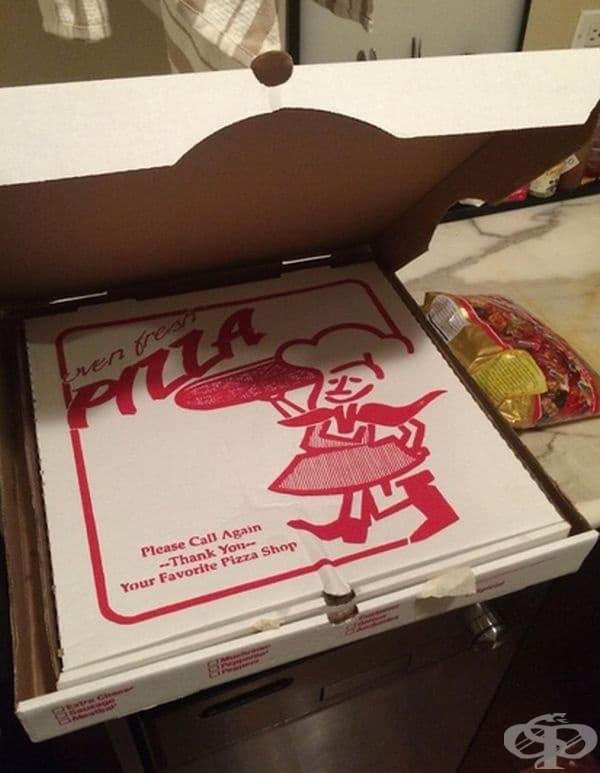 Курир доставя пица в две кутии през зимата, за да я запази топло по-дълго време.