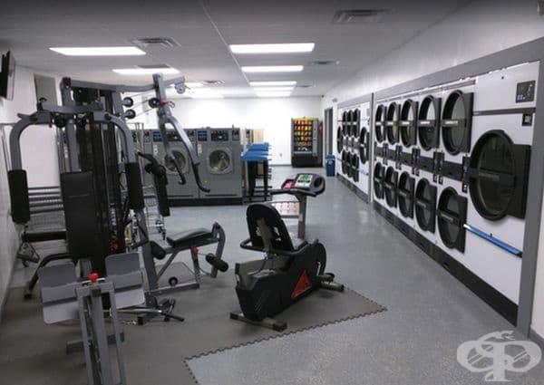 Обществена пералня с фитнес оборудване, което всеки може да ползва, докато изчаква прането си.
