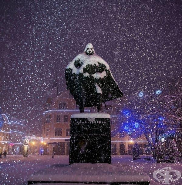Паметникът в снега, който прилича на Дарт Вейдър.