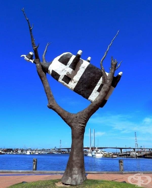 """""""Крава на дърво"""", Мелбърн, Австралия. Според Мелбърн произведението на изкуството разказва историята на наводненията в Австралия и използва тази крава, за да опише опита за бягство от проблемите."""
