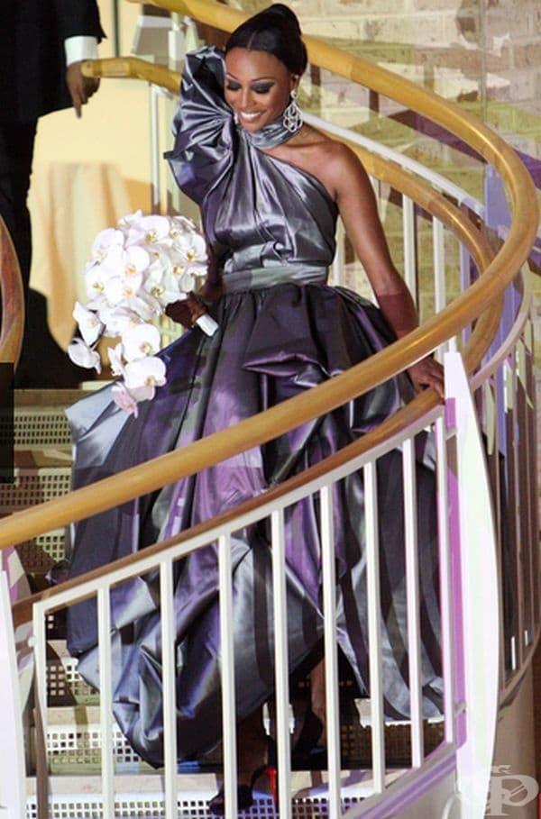 Синтия Бейли, 2010г. Бейли се венча за Питър Томас не в бяла, а в сивкаво-сребриста рокля от дизайнера Рубин Сингър.