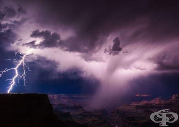 Лятна гръмотевична буря на южния склон на Гранд Каньон.