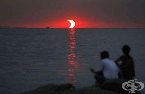 Залез и лунно затъмнение в една снимка.