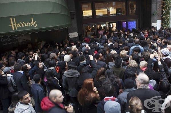 Harrods (Хародс) е най-известният универсален магазин в Лондон. Толкова е претъпкано, че просто ще почакате дълго на улицата пред входа.
