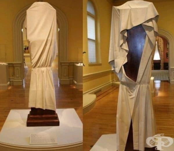 """Това е """"часовник призрак"""", създаден от махагон. Скулптурата няма лице - символизира вечност - там, където времето е без значение."""