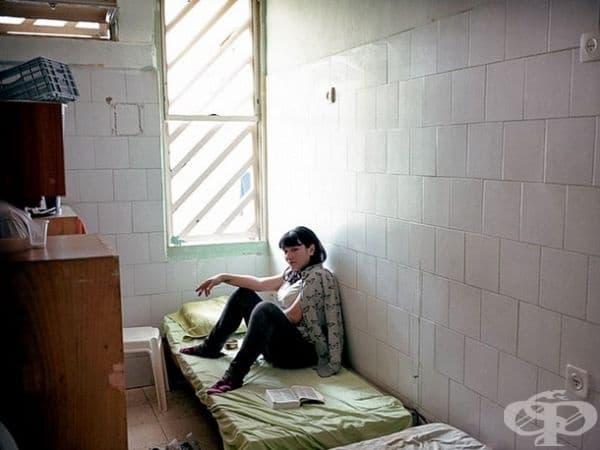 Женски затвор Неве Тирза, Рамла, Израел. Единственият женски затвор в Израел разполага с килии от 13 кв. м. със самостоятелна тоалетна и душ. Навсякъде са разпределени около 6 жени, които трябва да делят места за спане.