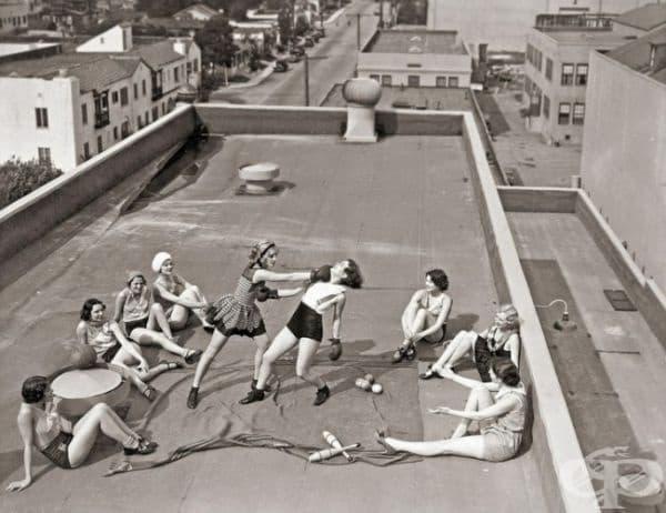 Женски бокс върху покрива на сграда, 1930г.