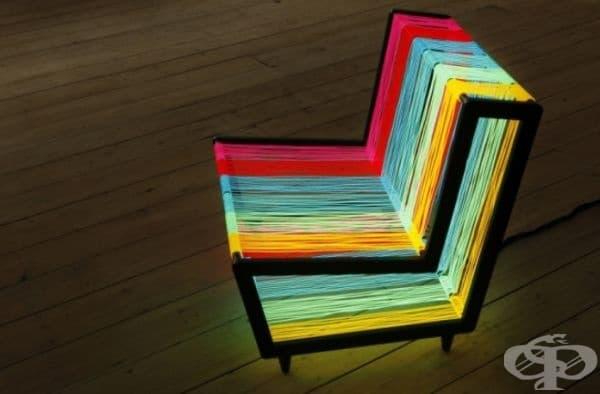 Диско стол, изработен от 200 м. флуоресцентна тел. С едно превключване той се превръща с неонова дъга.