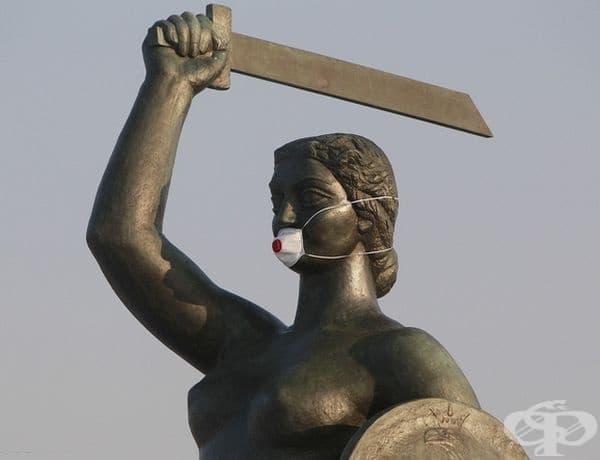 Статуята на русалка, символът на Варшава, носи маска по време на аларма за смог.