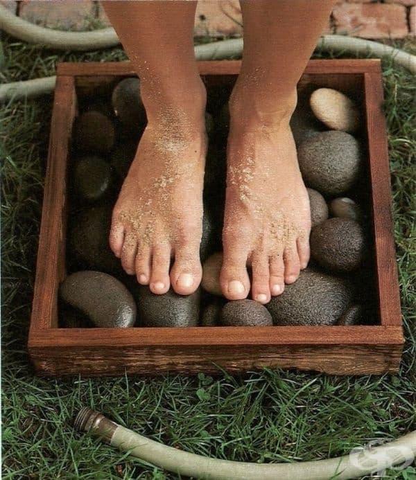 Стойка за миене на крака, направена от камъни.