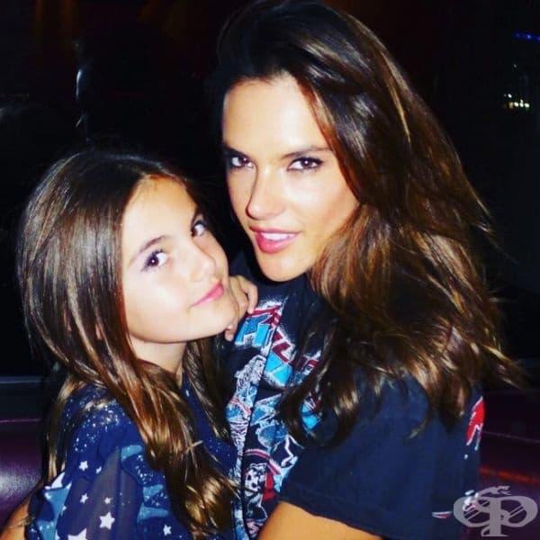 Ангелът на Victoria's Secret Алесандра Амброзиос с нейния истински ангел... дъщеря й Луиза.