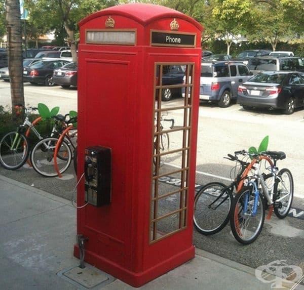 А какво ли има в телефонната кабинка?