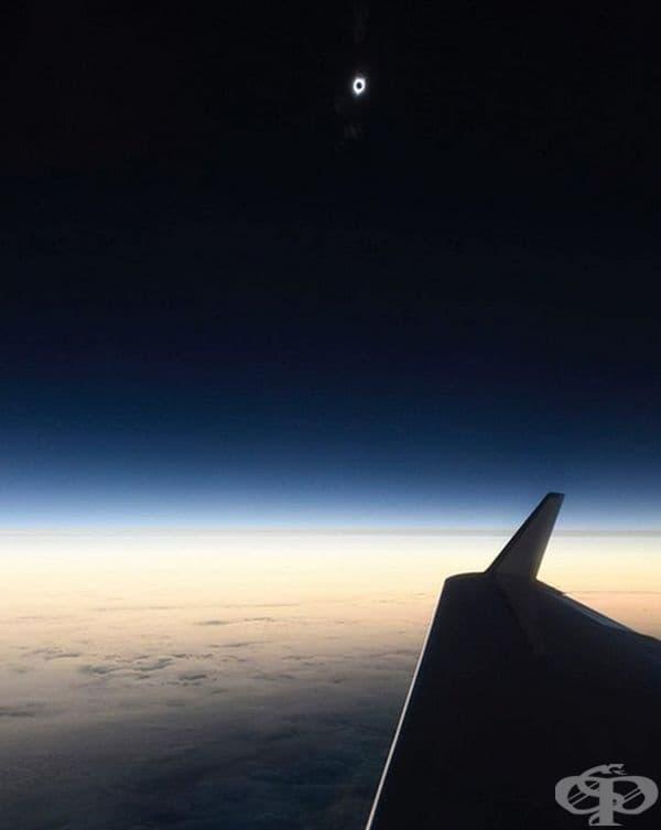 Снимка на слънчево затъмнение, направена от самолет.