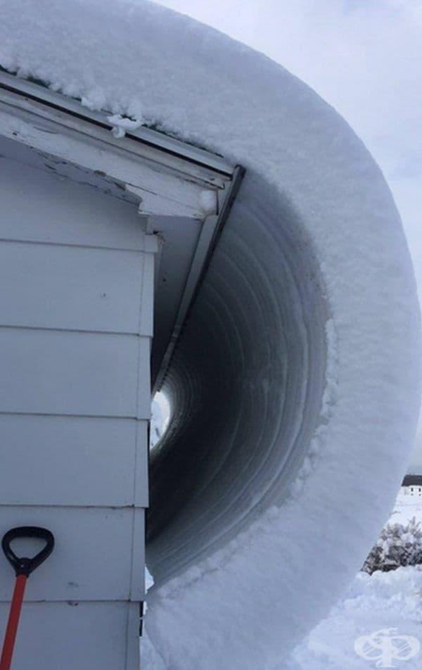 """Снегът на покрива се """"изви""""."""