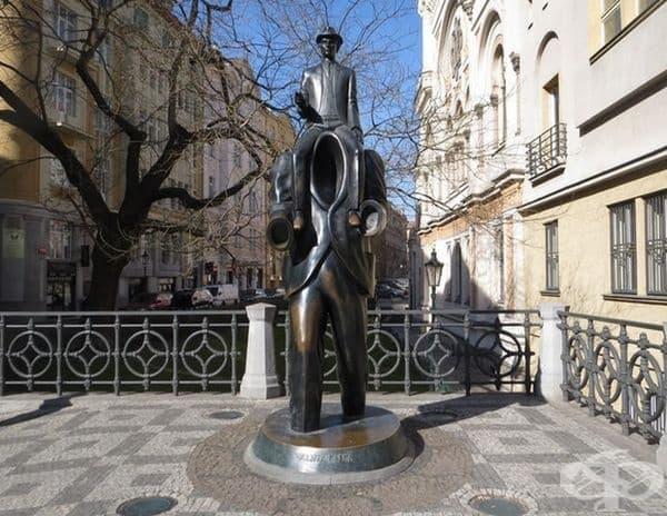 """Статуята на """"Франц Кафка"""", Прага, Чехия. Според Пражкия държавен университет скулптурата изобразява Франц Кафка, който седи на раменете на безглавата фигура."""