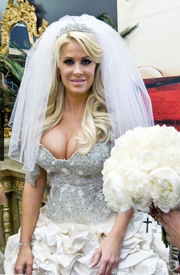 Ким Золак, 2011г. Золак се появи с три рокли на сватбата си с Крой Биърман. Тази е една от най-пищните на стойност 58 000 щатски долара.