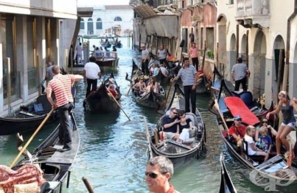 Венеция, Италия - Известните канали са ужасно замърсени и пълни с боклук. Освен това градът има специфична миризма.