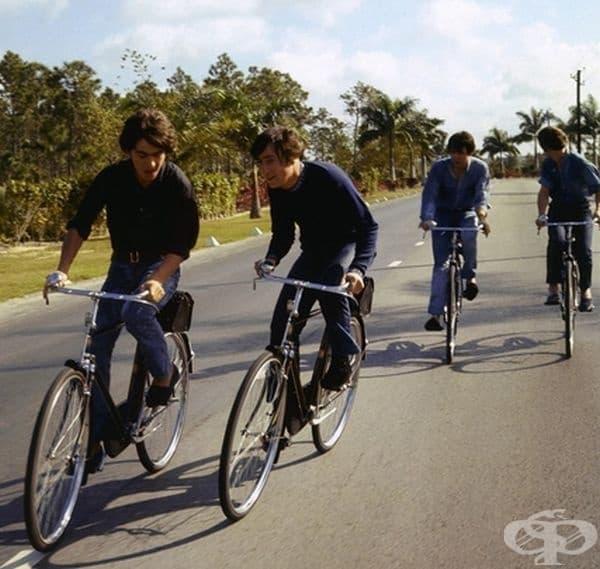 """Музикантите от """"Бийтълс"""" на разходка с велосипеди през 1965 година."""