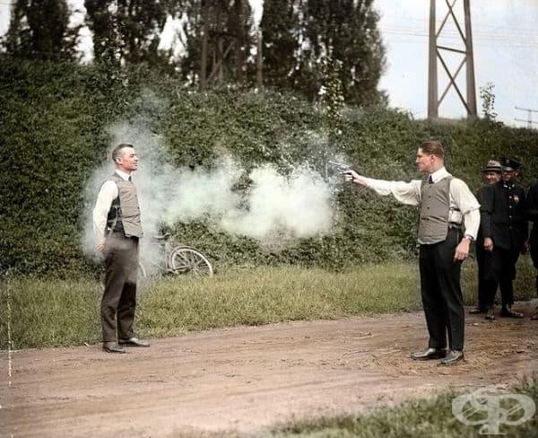 Тестване на бронежилетка, 1923г. (оцветяването е добавено   впоследствие).