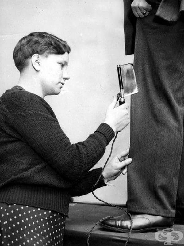 Малка преса за панталони, представена на изложение в Уестминстър, Англия, 1936 г.
