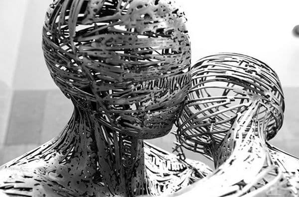 Създава фигуративни скулптури, вдъхновени от красотата на тялото, чувствата и природата.