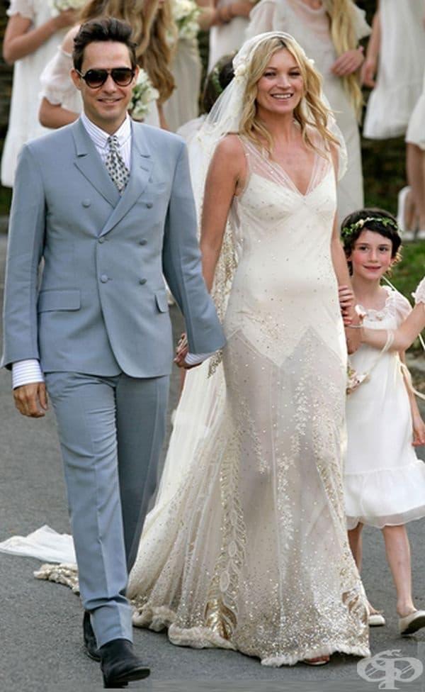 Кей Мос, 2011г. Модния модел се омъжи за Джейми Хинсат в необичайна рокля, вдъхновена от 30-те години на миналия век. Макар и зашеметяващо, някои хора посочиха, че изглежда малко старомодно.