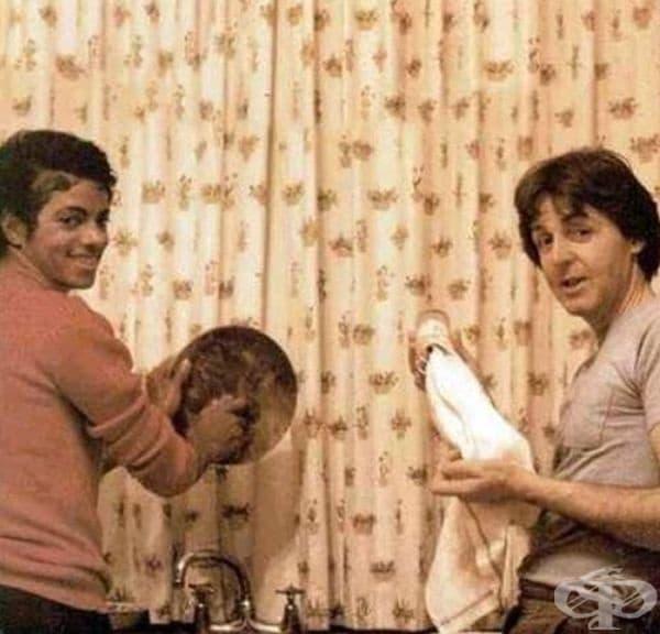 Майкъл Джексън и Пол Маккартни почистват посуда през 1982 година.
