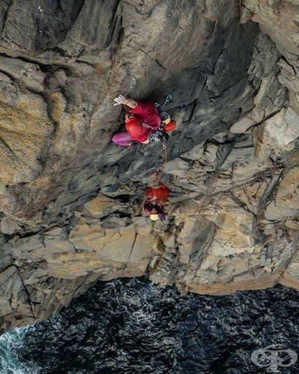 Катерене на скали близо до океана.