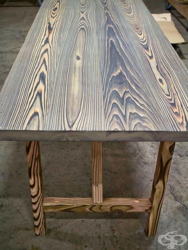 Дървената маса е била запалена, за да се подчертаят дървесните линии.
