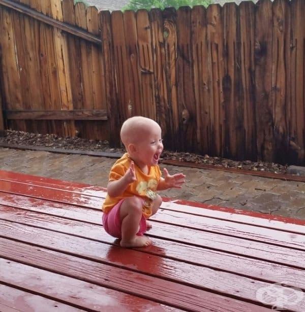 Това момиче играе в дъжда за пръв път.