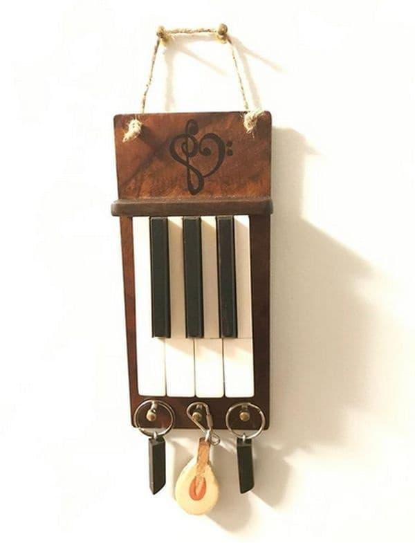 Креативно предложение: няколко стари пиано клавиши в ролята на закачалка за ключове.