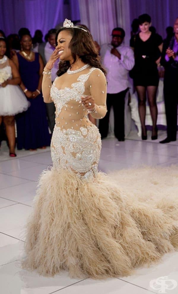 Кенди Бъръс, 2014г. Певицата не остава назад от своите колеги. Тя се омъжва за Тод Тъкър в рокля цвят екрю на стойност 20 000 щатски долара с 4-метрови пера от щрауси.